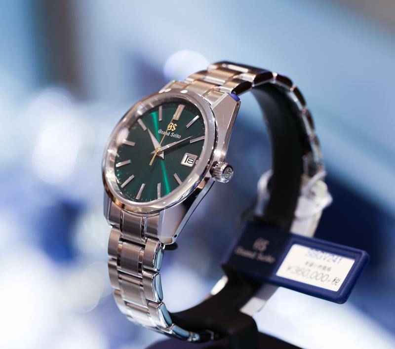 クラシカルなディテールを持ちながらも、ブレスレットを含めた全体的な雰囲気は現代的な時計としてまとまっている。