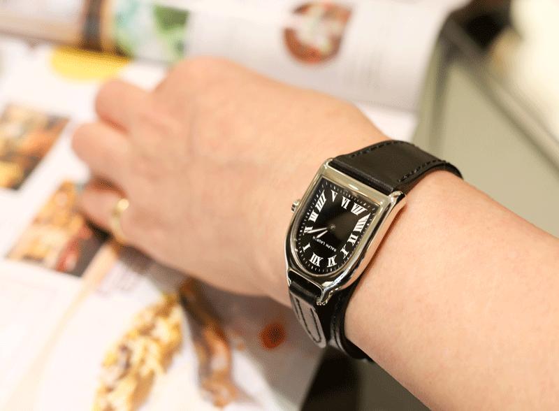 実はすんなりなじむデザイン。ブレスレットと時計の中間のようなイメージ