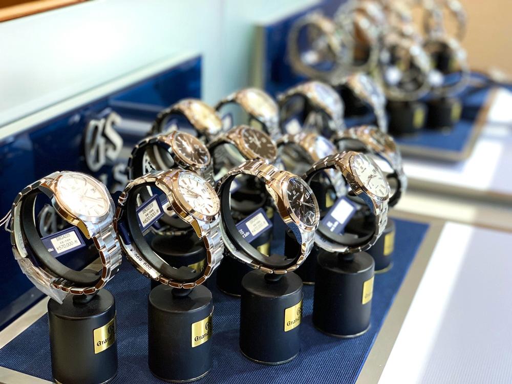 メイドインジャパンの最高峰であるグランドセイコー。たくさんの品揃えをご用意しております。昭和、平成、令和、時代は変われど普遍的で絶対的な存在感。日本が世界に誇る時計です。